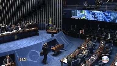 Senadores decidem sobre futuro do governo de Dilma Rousseff - Os discursos dos senadores atravessaram a madrugada. Cada senador com 15 minutos para falar, mas a maioria já iniciava o discurso adiantando como votaria, o que ajudou a desenhar um possível resultado: a maioria se coloca a favor do impeachment.