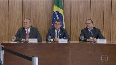 Ministros dizem que governo vai cortar quatro mil cargos até o fim do ano - Presidente em exercício fez a primeira reunião com ministério. Temer pediu eles fizessem inventário do que foi deixado por Dilma.