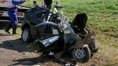 Acidente entre carro e ônibus deixa mortos e feridos em Conchas - Dois jovens, de 23 e 24 anos, e um adolescente, de 17 anos, morreram e duas pessoas ficaram feridas após se envolverem em um acidente na manhã deste sábado (14) pela rodovia Marechal Rondon (SP-300), em Conchas (SP). De acordo com a Polícia Militar Rodoviária, o acidente aconteceu por volta das 6h.