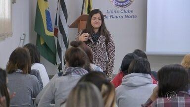 Legião feminina de Bauru oferece preparação para o mercado de trabalho - A legião feminina de Bauru oferece uma preparação completa para o mercado de trabalho a adolescentes de 14 a 17 anos. Elas saem de lá prontas e confiantes para encarar o início da vida profissional.