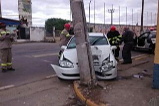 Motorista perde o controle e causa acidente em César de Souza - A motorista estava sozinha no carro e acabou batendo em um poste da Avenida Ricieri José Marcato.