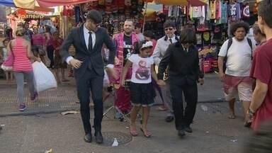 Apresentador do 'Paneiro' e Marcel Graça vão às ruas de Manaus caracterizados de Beatles - Brincadeira chamou atenção de quem passava no Centro da capital.