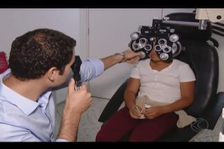 """Estudantes de Uberlândia recebem consultas oftalmológicas gratuitas - Atendimento foi neste sábado (14), das 7h30 às 14h. Óculos também serão entregues no projeto """"Ver – Enxergando o Futuro""""."""