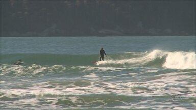 Pescadores e surfistas divergem sobre a prática do esporte durante a tainha na Praia Brava - Pescadores e surfistas divergem sobre a prática do esporte durante a tainha na Praia Brava