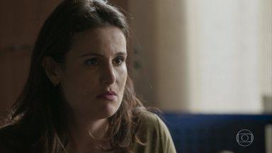 Claudia revela a Carolina que Gabriel é soropositivo - A assistente social pergunta se Carol ainda quer adotar o menino