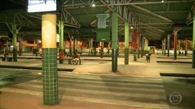 Empresas do Maranhão recolhem ônibus mais cedo para evitar ataques criminosos - Em menos de 48 horas, 14 ônibus foram atacados por bandidos em São Luís e na região metropolitana. Seis foram completamente destruídos pelo fogo e oito, parcialmente queimados.