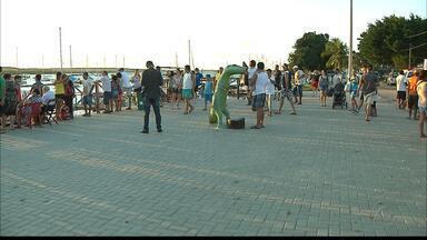 Visitantes da Praia do Jacaré, em Cabedelo, Paraíba, reclamam da demora nas obras - Local passa por reestruturação desde que as barracas que ficavam à beira do rio foram retiradas.