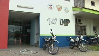 Mulher é presa suspeita de matar marido a facadas em Manaus - Pedreiro morreu dentro da residência do casal; mulher confessou crime. Ao G1, esposa disse que marido era violento e a agredia.