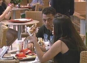Brasileiros trocam refeições saudáveis por lanches rápidos - Segundo pesquisa, boa parte da população brasileira não tem se alimentado de maneira saudável.