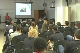 Embaixada americana no Brasil recebe inscrições para o programa jovens embaixadores - Cerca de 50 estudantes serão selecionados para passar 3 semanas nos EUA.