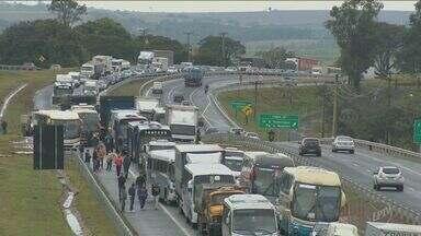Protesto bloqueia Rodovia Campinas-Monte Mor - Os manifestantes atearam fogo em materiais na pista.