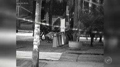 Trio é flagrado com peças furtadas do Sistema Integrabike em Sorocaba - Um jovem de 18 anos foi preso e dois adolescentes de 16 foram apreendidos suspeitos de furtarem equipamentos de bicicletas do Sistema Integrabike, em Sorocaba (SP). As câmeras de videomonitoramento do Centro de Operações da Guarda Municipal flagraram o grupo mexendo nas bicicletas das estações do Parque das Águas, na área central, e da Praça Nicolau Scarpa.