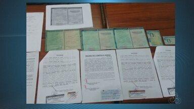 Três pessoas são presas suspeitas de falsificar documentos no Detran, em Macapá - Um trio que falsificava documentos do Detran foi preso na sexta-feira (20) em Macapá. O grupo foi descoberto quando tentava fazer a transferência de um veículo com uma procuração falsa da dona do carro, que morreu em 2007.