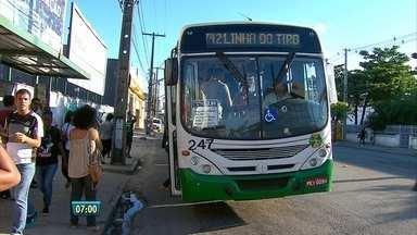 Número de assaltos em ônibus e metrô cresce na Região Metropolitana do Recife - Passageiros relatam ter medo de usar o transporte público. De acordo com a SDS, de janeiro a abril deste ano foram registradas 498 ocorrências.