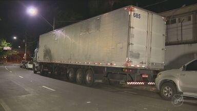 Assaltantes tentam roubar pneus na Rodovia Zeferino Vaz, em Paulínia - A polícia foi avisada e houve perseguição.