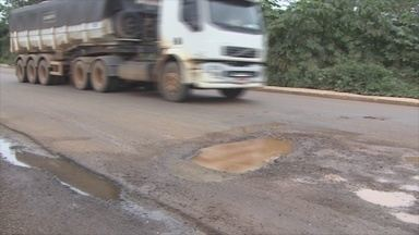 Obra inacabada da Caerd deixa buraco em rua de Porto Velho - Além do buraco, existe o desperdício de água no local.