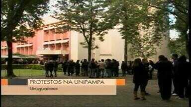 Estudantes ocupam prédio da Unipampa em Uruguaiana, RS - Alunos protestam contra cortes do governo federal na área da Educação.