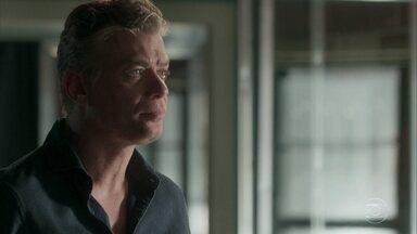 Arthur pede para conversar com Jonatas antes da viagem - Enquanto isso, Eliza aguarda no aeroporto