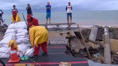 Após temporal, moradores de Olinda avaliam prejuízos e tentam consertar os danos - Dia foi de muita ajuda entre os vizinhos, parentes e amigos. Em Águas Compridas, três pessoas morreram soterradas.
