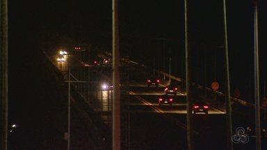 Ponte Rio Negro em Manaus permanece com problemas na iluminação pública - À noite, problema gera insegurança no local, segundo relatos.
