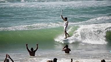 Carlos Burle surfa com tocha e acredita que o surfe ainda vai participar das olimpíadas - Carlos Burle surfa com tocha e acredita que o surfe ainda vai participar das olimpíadas
