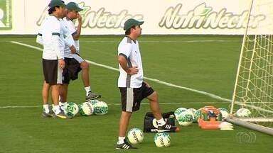 Goiás mantém Enderson, e jogadores querem corrigir erros - Treinador que teria colocado cargo à disposição após derrota para o Ceará segue no comando, enquanto elenco fala em dar a volta por cima na Série B.
