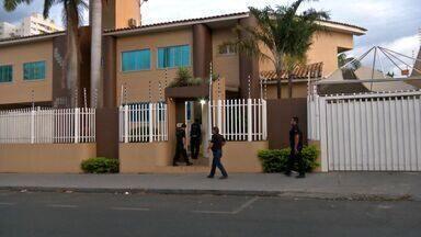 Duas pessoas foram presas em Cuiabá acusadas de fraude em compra de remédios - Duas pessoas foram presas em Cuiabá acusadas de fraude em compra de remédios