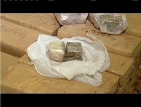 Após denúncia, homem é preso com 60 barras de maconha em Caratinga - Segundo a PM, droga estava enterrada em um terreno, em uma estrada.