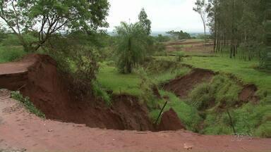 Chuva aumenta erosão na PR-323 perto do trevo de Mariluz - A cratera ameaça chegar até a rodovia e preocupa os motoristas e moradores da região.