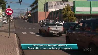 Cruzamento em rua no bairro Santa Cruz em Guarapuava ganha sinalização temporária - O sinaleiro do cruzamento das ruas Saldanha Marinho e Professor Becker está com problema. Os motoristas precisam ter atenção ao passar pelo local.