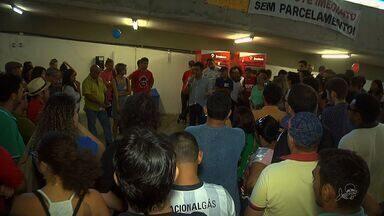 Professores em greve ocupam sede da Seduc em protesto em Fortaleza - Professores estão greve há mais de um mês.
