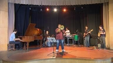 """No primeiro álbum solo, Leonardo Brasilino passeia pelos gêneros musicais - No Globo Horizonte, ele apresenta músicas como """"Pra Marku"""" e """"Axé da Carol""""."""