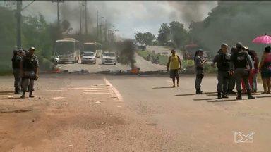 Moradores protestam por mais segurança e bloqueiam BR-135 em Sâo Luís - Protestantes se mobilizaram após adolescente ter sido morto a tiros por assaltantes na rodovia. Crime ocorreu na noite de sexta-feira (3).