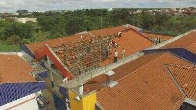 Chuva e ventos de 120 km/h causam destruição em casas e escola em São Carlos, SP - Escola foi totalmente destelhada e deixou cerca de 160 alunos sem aula. Muros de residências, árvores e fios também caíram.