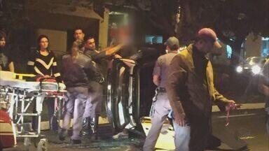 Carro tomba após colisão com moto na zona sul de Ribeirão Preto - Equipe do Corpo de Bombeiros socorreu vítimas com ferimentos leves.