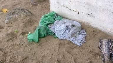 Divisão de homicídios investiga morte de mulher na praia de Copacabana - Mulher de aproximadamente foi encontrada morta no posto 3.