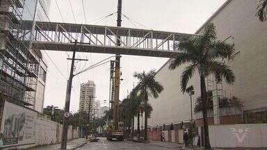 Operação foi montada para colocação de passarela no bairro Aparecida - Passarela vai unir um shopping e um empreendimento comercial, em Santos, SP.