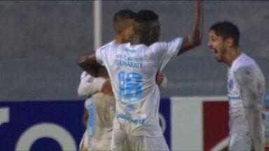 Londrina sobe uma posição na classificação da série B - O Londrina venceu o Tupi por um a zero, num jogo debaixo de chuva. E o Tubarão já viajou para Fortaleza, onde amanhã enfrenta o Ceará.