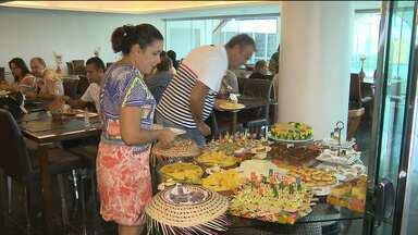 Turistas se deliciam com comidas típicas de São João nos hotéis de Campina Grande - Hotéis oferecem pratos diferentes neste período da festa junina.
