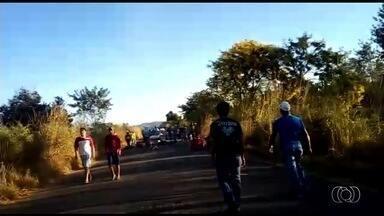 Moradores fecham rodovia em protesto por melhorias na GO-533 - Grupo fechou rodovia e diz que há muitos buracos próximo a Calcilândia. PRE disse que está no local e desvia o fluxo de carros para outras estradas