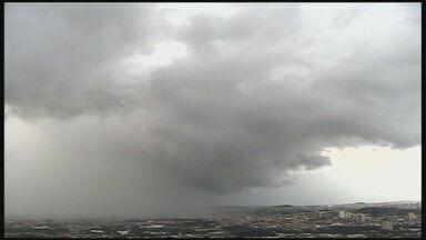 Câmera flagra formação de chuva em Ribeirão Preto, SP - Cortina de água lavou bairros da zona leste da cidade.