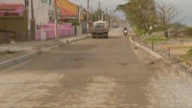 Moradores reclamam de obra inacabada e falta de radares e sinalização em trecho da RJ-102 - Motoristas têm ultrapassado o limite de velocidade no trecho, em Saquarema.