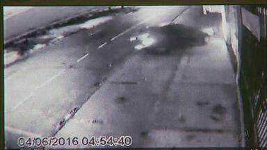 Imagens mostram colisão de carro contra caminhão em Franca, SP - Motorista e os três passageiros ficaram feridos no sábado (4).