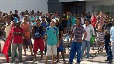 Trabalhadores da construção civil protestam na Grande Vitória - Sindicato quer reposição das perdas salariais e manutenção de benefícios.Sindicato da Indústria disse que empresas oferecem reajuste de 6%.