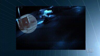 Polícia busca suspeito de matar comerciante durante assalto, em Aparecida de Goiânia - Parentes e amigos lamentaram a morte da vítima durante velório que aconteceu na tarde desta segunda-feira (6).