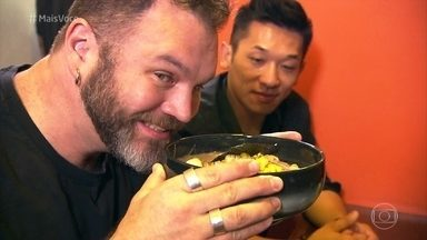 Jimmy Ogro desvenda os segredos do lamen, o macarrão chinês - O cozinheiro visitou um restaurante especializado em lamen para saber como o macarrão é servido. Depois, Jimmy aprendeu a fazer a massa