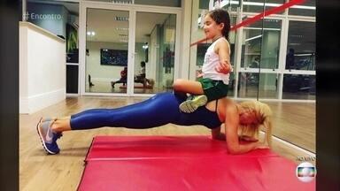 Flávia Alessandra malha com a filha caçula Olívia - Atriz conta com a ajuda da menina como 'peso' durante a malhação. Flávia também fala sobre as artimanhas e trapalhadas de Sandra, de 'Êta Mundo Bom!'
