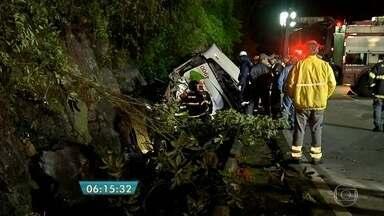 Polícia investiga causas de acidente com ônibus na Rodovia Mogi-Bertioga - As investigações sobre o acidente que causou a morte de 18 pessoas estão concentradas na delegacia da cidade de Bertioga. Foram feitas perícias no local.