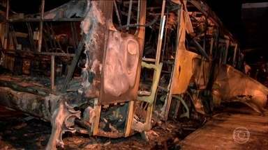 Criminosos organizam ataques em vários pontos de Cuiabá (MT) - Três ônibus foram incendiados na noite de sexta-feira (10). A prefeitura mandou que todos os ônibus da cidade voltassem para as garagens e os passageiros ficaram no frio, sem saber como voltar para casa.