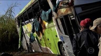 Acidente de ônibus mata três pessoas no Paraná - O ônibus ia de Florianópolis para Londrina e tombou em uma curva no município de Tamarana, no norte do Paraná. Três pessoas morreram e 34 ficaram feridas.